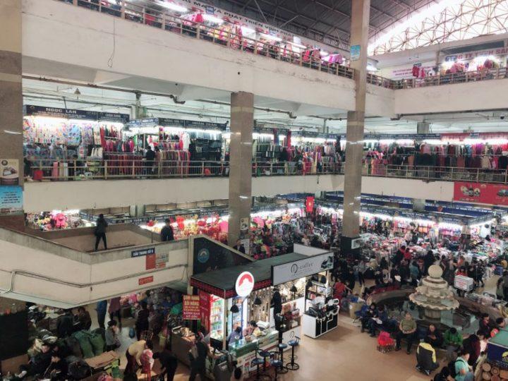 商品やお店が軒を連ねるハノイのドンスアン市場