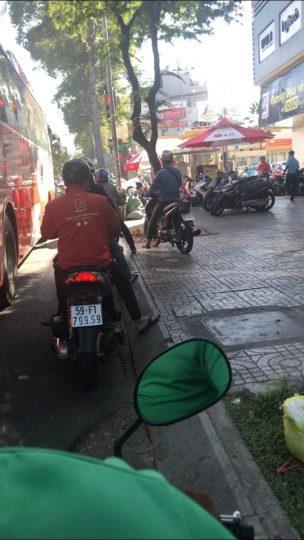 ベトナム バイクが歩道に走ってくることもあります
