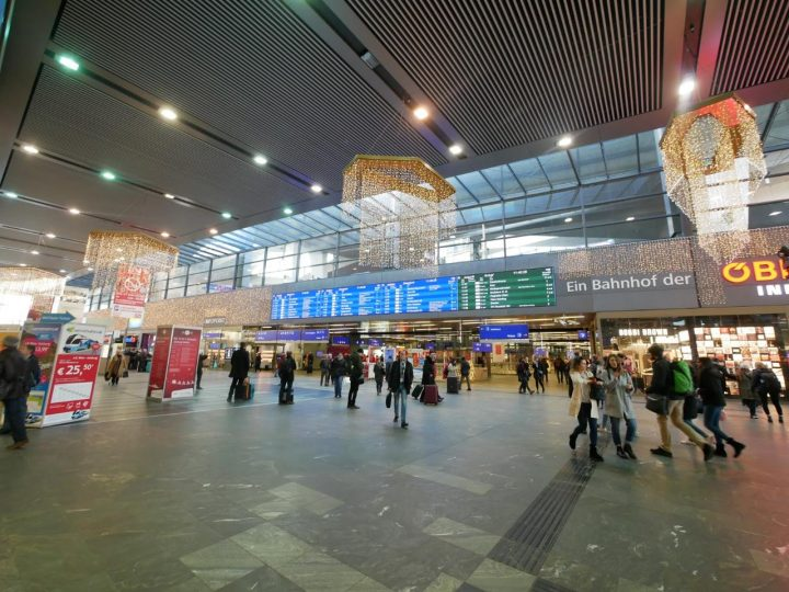 「ウィーン中央」駅構内の様子