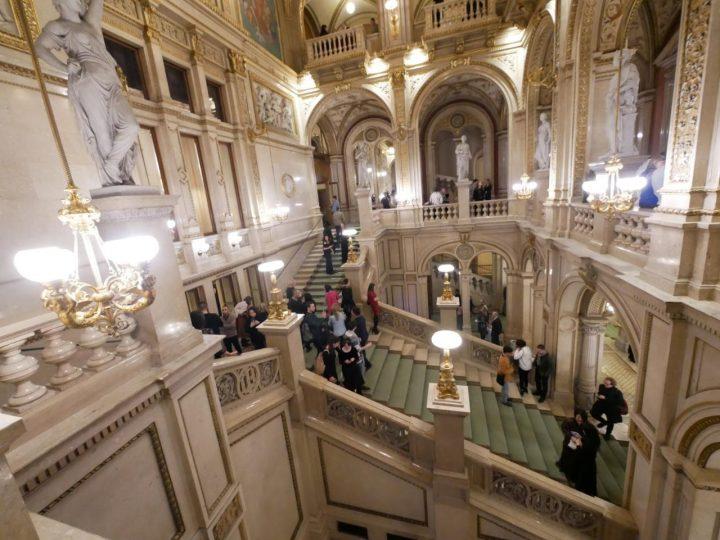 ウィーン国立歌劇場の階段