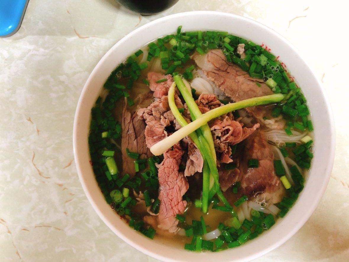 ベトナムハノイのPhở Sướngというお店の牛肉のフォー