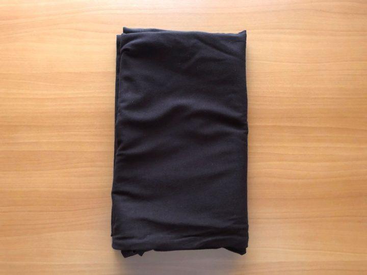 メルカリでTシャツが売れたときの梱包方法①袋のサイズに合わせて綺麗に畳む