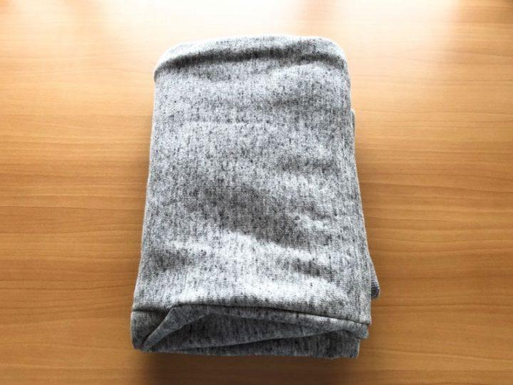 メルカリで厚手の洋服が売れたときの梱包方法①紙袋のサイズに合わせて綺麗に畳む
