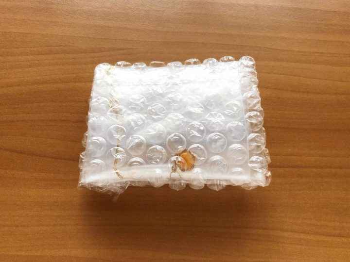 メルカリ ネックレスを梱包する方法→緩衝材で包む
